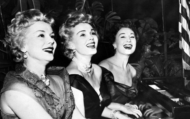 L'actrice américaine Zsa Zsa Gabor, au centre, entourée de ses sœurs Eva, à gauche, et Magda, en janvier 1954. (Crédit : AFP)