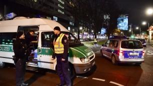 La police bloque une route menant à une scène où un camion a foncé dans un marché de Noël de Berlin, tuant plusieurs personnes et en blessant au moins 50, le 19 décembre 2016. (Crédit : John MacDougall/AFP)