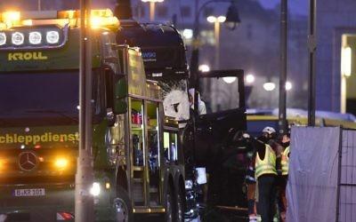 Le camion qui a foncé dans le marché de Noël de Berlin, tuant au moins 12 personnes, le 19 décembre 2016. (Crédit : Tobias Schwarz/AFP)