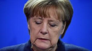 La chancelière allemande Angela Merkel pendant une conférence de presse à Berlin après l'attaque au camion bélier contre un marché de Noël de la ville qui a fait au moins 12 morts, le 20 décembre 2016. (Crédit : John MacDougall/AFP)