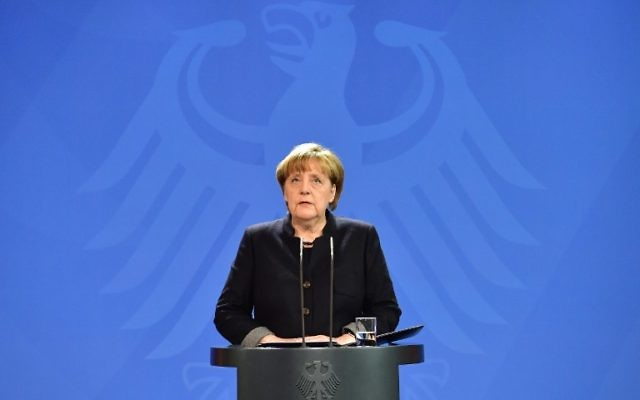 Vingt-quatre heures après l'attaque au camion-bélier qui a fait 12 morts sur un marché de Noël de Berlin, la chancelière Angela Merkel a tenu une conférence de presse à Berlin, le 20 décembre 2016. (Crédit : John MacDougall/AFP)