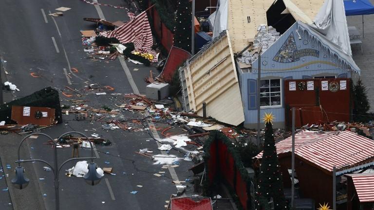 La scène d'une attaque terroriste au camion bélier dans un marché de Noël de Berlin, vue le lendemain, le 20 décembre 2016. (Crédit : Odd Andersen/AFP)