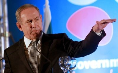 Le Premier ministre Benjamin Netanyahu pendant la réception de fin d'années de la presse étrangère, à Jérusalem, le 20 décembre 2016. (Crédit : Gil Cohen-Magen/AFP)