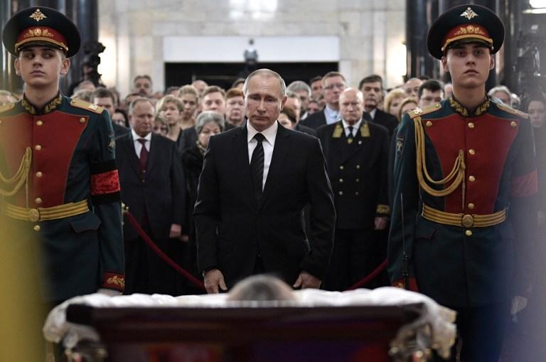 Le président russe Vladimir Putin rend hommage à son ambassadeur en Turquie assassiné, Andreï Karlov, à Moscou, le 22 décembre 2016. (Crédit : Alexeï Nikolsky/Sputnik/AFP)