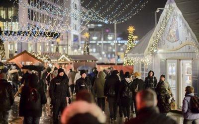 Policiers déployés sur le marché de Noël de l'Eglise du Souvenir, à Berlin, le 22 décembre 2016. Ce marché a été le théâtre d'un attentat au camion-bélier le 19 décembre 2016. (Crédit : Clemens Bilan/AFP)
