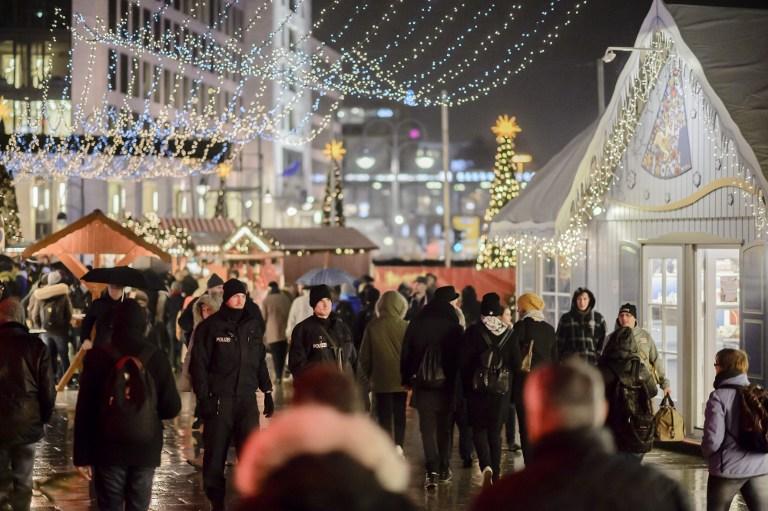 La police patrouille sur le marché de Noël réouvert situé à proximité de l'Eglise du Souvenir à la mémoire de Guillaume 1er, à Berlin, le 22 décembre 2016. Ce marché a été le théâtre d'un attentat au camion-bélier le 19 décembre 2016 (Crédit :  / AFP PHOTO / CLEMENS BILAN