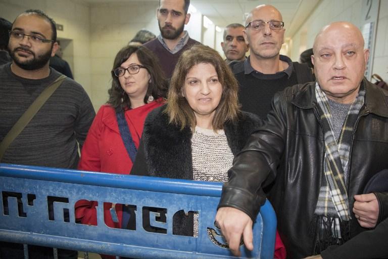 Sawsan Ghattas (au centre), l'épouse du parlementaire Basel Ghattas, lors de l'audience concernant la détention préventive de son mari au Tribunal de Rishon Lezion le 23 décembre 2016, vingt-quatre heures après avoir été arrêté pour avoir trafiqué des téléphones cellulaires à des terroristes condamnés en Israël. (Crédit : AFP PHOTO/JACK GUEZ)