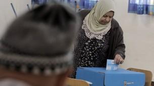 Une Arabe israélienne vote à Haïfa, le 17 mars 2015. (Crédit : Ahmad Gharabli/AFP)