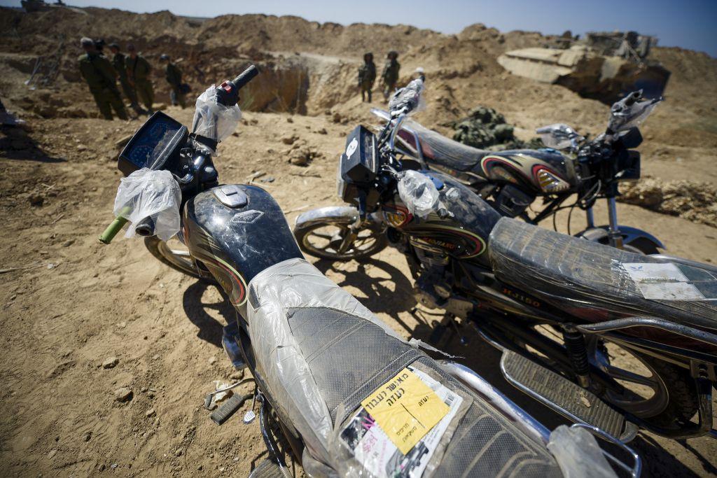 Des motos découvertes par l'armée israélienne dans un tunnel d'attaque du Hamas entre la bande de Gaza et Israël, le 3 août 2014. (Crédit : Gadi Yampel/unité des porte-paroles de l'armée israélienne)