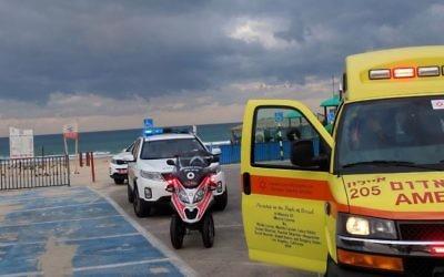 Le corps d'une femme a été sortie de le mer près de Rishon Lezion le 11 décembre 2016. (Crédit : Magen David Adom)