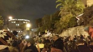 Des militants de droite manifestent contre le démantèlement imminent de l'avant-poste d'Amona, à Jérusalem, le 13 décembre 2016. (Crédit : Joshua Davidovich/Times of Israël)