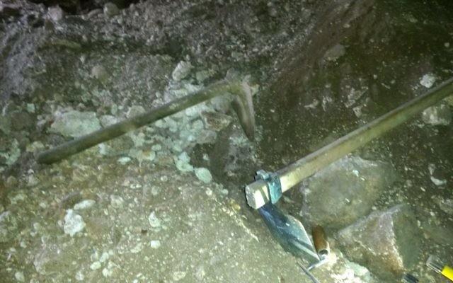 Des outils de fouille confisqués à des voleurs d'antiquité pris en flagrant délit par les inspecteurs de l'Autorité israélienne des Antiquités, en décembre 2016. (Crédit : Nis Distelfeld/Autorité israélienne des Antiquités)