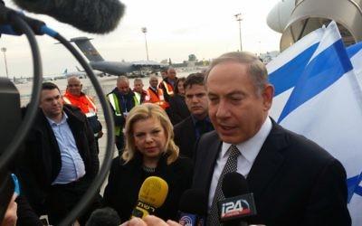 Le Premier ministre Benjamin Netanyahu et son épouse Sara avant leur départ pour une visite de deux jours en Azerbaïdjan et au Kazakhstan, le 13 décembre 2016. (Crédit : Raphael Ahren/Times of Israël)