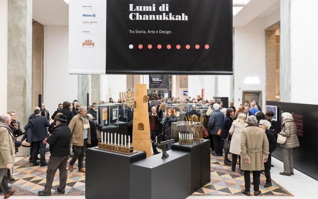 L'exposition « Luci di Chanukkah Tra storia, arte e design » (« Les Lumières de Hanoukka : Histoire, Art et Design »), au Triennale à Milan. (Crédit : Gianluca Di Ioia/ La Triennale di Milano)