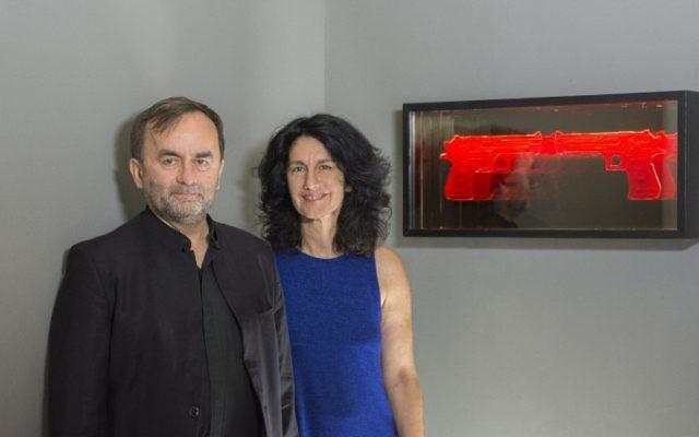 """Le père Patrick Desbois, président fondateur de Yahad-In Unum, et l'artiste israélienne Mira Maylor, dont les oeuvres sont présentées dans l'exposition """"Mémoires de la Shoah à travers l'Art"""" au musée de l'Holocauste du Guatemale fondé par Yahad-In Unum, en décembre 2016. (Crédit : PRNewsFoto/Yahad-In Unum)"""