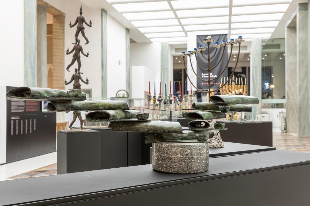 L'exposition « Luci di Chanukkah Tra storia, arte e design» («Les Lumières de Hanoukka: Histoire, Art et Design») au Triennale à Milan. (Crédit : Gianluca Di Ioia/La Triennale di Milano)
