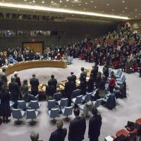 Le Conseil de Sécurité de l'ONU. Sur cette photo datant du 20 décembre 2016, les membres respectent une minute de silence à la mémoire de l'ambassadeur de la Fédération Russe en Turquie, qui a été assassiné le 19 décembre lors d'un attentat terroriste à Ankara. (Crédit : Photo ONU/Manuel Elias)