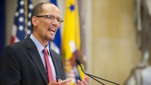 Le Secrétaire d'Etat au Travail Tom Perez donnant une conférence à Washington (Domaine Public/Secrétariat d'Etat au Travail/Lonnie Tague)
