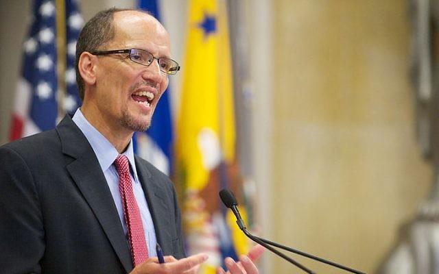 Tom Perez pendant une conférence à Washington, en 2012. (Crédit : Lonnie Tague/Domaine public/WikiCommons)
