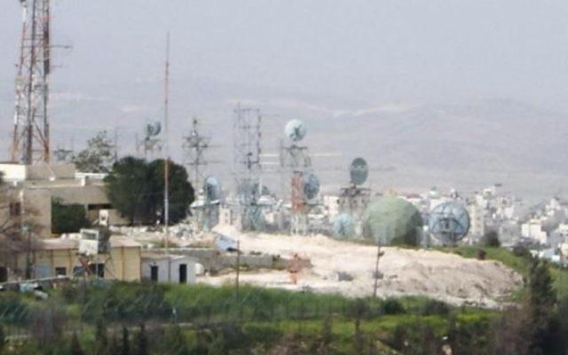 La base militaire Ofrit près du campus de l'Université hébraïque de Jérusalem, sur le du Mont Scopus. (Crédit : John832/Wikimapia)