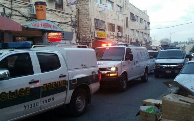 Les ambulances et les véhicules de la police sur les lieux d'une attaque à main armée rue Salah a-Din, à Jérusalem, le 8 mars 2016. Illustration. (Crédit : Magen David Adom)