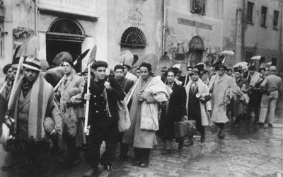 Colonne de Juifs conduits au travail obligatoire, en Tunisie, en décembre 1942. (Crédit : Bundesarchiv, Bild 183-J20382/CC-BY-SA 3.0/WikiCommons)