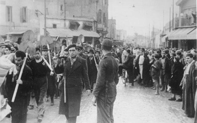 Colonne de Juifs sous les yeux de la population musulmane, en Tunisie, en décembre 1942. (Crédit : Bundesarchiv, Bild 183-J20384/CC-BY-SA 3.0/WikiCommons)