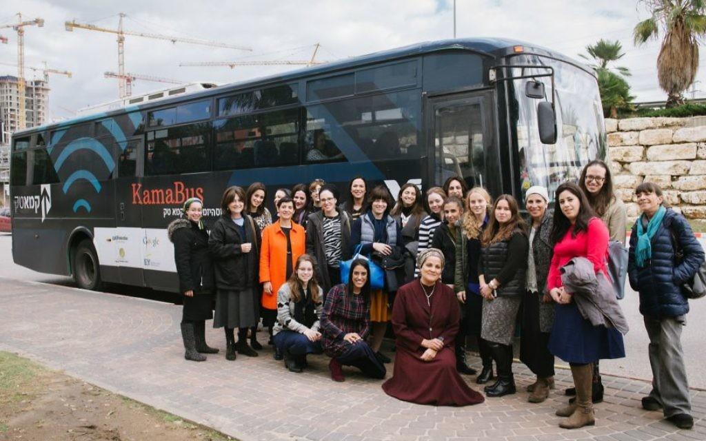 Le bus de KamaTech et ses passagères, des femmes Haredi en visite des entreprises high-tech à Tel Aviv et Jérusalem (Crédit :Natalie Schor)