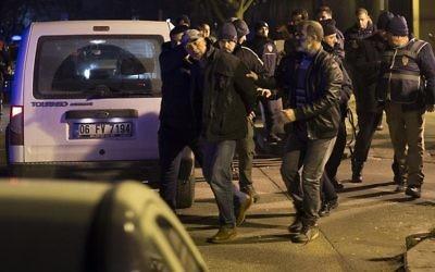 L'homme arrêté par la police turque après des tirs devant l'ambassade des Etats-Unis à Ankara, le 20 décembre 2016. (Crédit : Twitter/Anadolu)