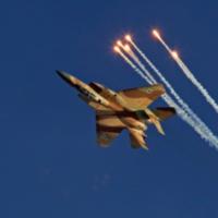 Un avion de chasse F-15I  lors d'un vol acrobatique au cours d'une cérémonie organisée sur la base aérienne de  Hatzerim, près de Beer Sheva, le 23 juin 2013. (Crédit : Ofer Zidon/Flash90)