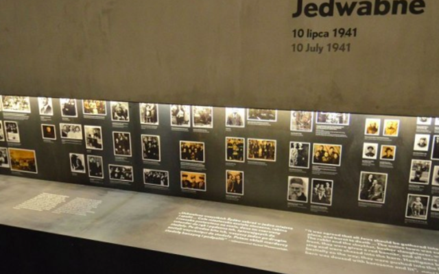 Une partie de l'exposition consacrée aux pogroms à   Jedwabne dans le cadre du Musée de l'Histoire des Juifs polonais de Varsovie. (Crédit :  BY-SA 3.0 Adrian Grycuk/Wikipedia)