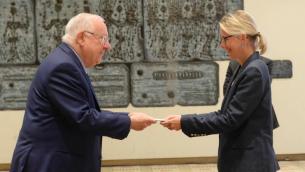 Le président Reuven Rivlin reçoit les lettres de créances de la nouvelle ambassadrice de France en Israël, Hélène le Gal, le 12 décembre 2016. (Crédit : Mark Naiman/GPO)