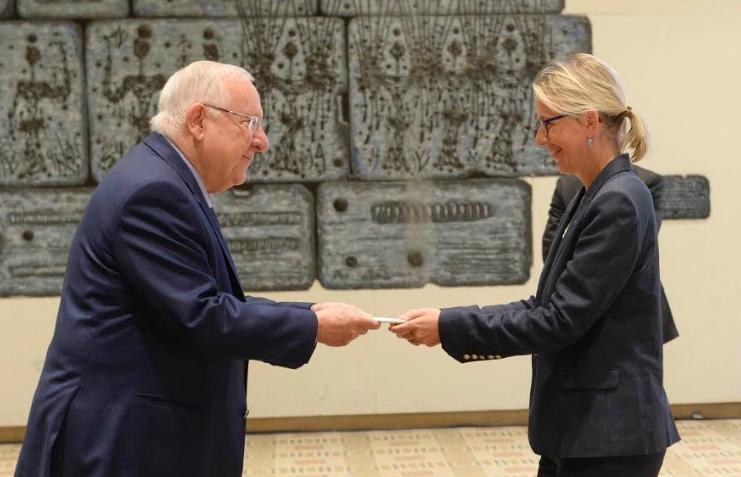 Le président Reuven Rivlin reçoit les lettres de créances de la nouvelle ambassadrice de France en Israël, Hélène le Gal, le 12 décembre 2016. (Crédit : Mark Naiman/GPO