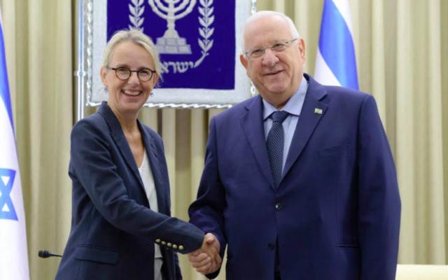 Le président Reuven Rivlin reçoit les lettres de créances d'Hélène le Gal, nouvelle ambassadrice de France auprès d'Israël, le 12 décembre 2016 .(Crédit : Mark Naiman/GPO)