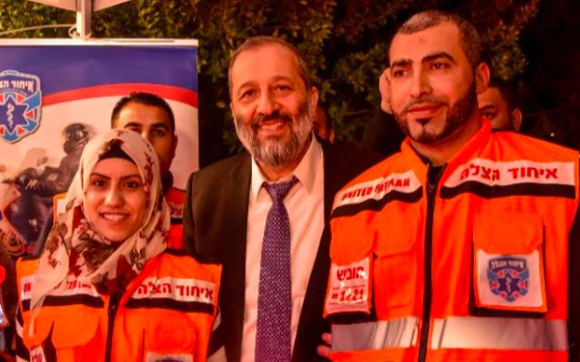 Aryeh Dery, ministre de l'Intérieur et du développement des zones périphériques lance un nouveau programme d'urgence médicale dans lequel collaborent Juifs et Arabes (Crédit: United Hatzalah)