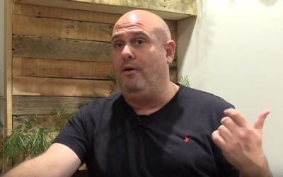 """Corey Gil-Shuster, Israélien né au Canada, a interrogé plus de 3 000 Israéliens et Palestiniens pour le """"Ask Project"""". (Crédit : capture d'écran YouTube)"""