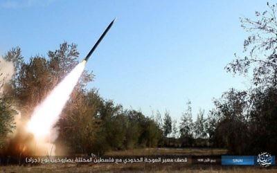 Une vidéo publiée par l'Etat Islamique le 14 décembre 2016 revendique une attaque à la roquette dirigée contre Israël deux jours avant. (Crédit : capture d'écran)