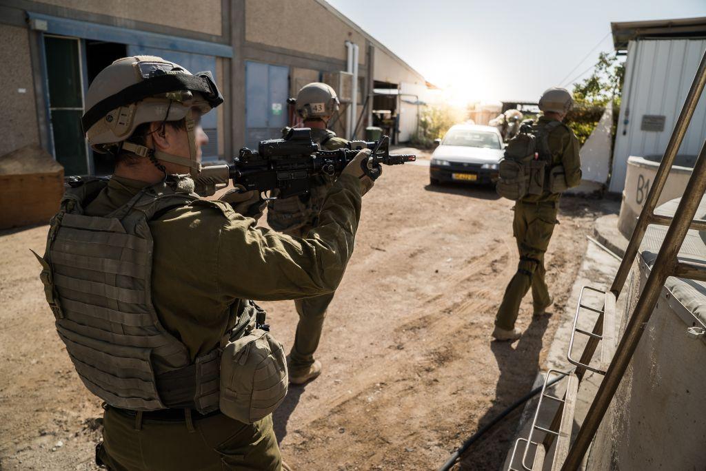 Des soldats de l'unité de contreterrorisme d'Eilat s'entraînent, le 9 décembre 2016. (Crédit : unité des porte-paroles de l'armée israélienne)