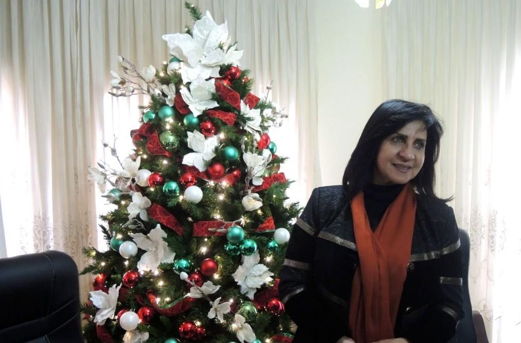 Vera Baboun, première femme à être élue maire de Bethléem, dans son bureau, le 13 décembre 2016. (Crédit : Melanie Lidman/Times of Israel)