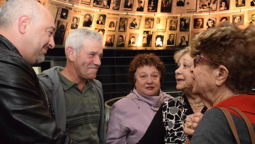 Des cousins germains, persuadés que leurs familles avaient péri durant la Shoah, se rencontrent pour la première fois à Yad Vashem, Jérusalem, le 13 décembre 2016. (Crédit : Yad Vashem)