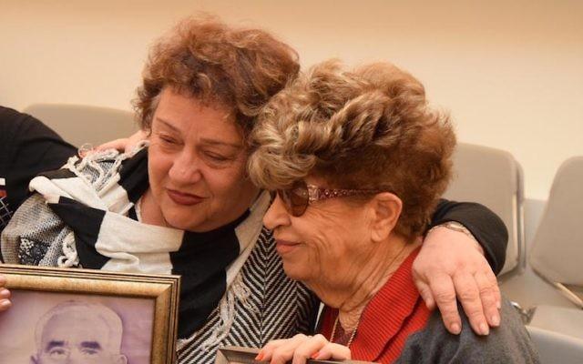 Fania Blakay, à gauchce, enlace sa cousine Henia Moskowitz après leur première rencontre à Yad Vashem à Jerusalem, le 13 décembre 2016. (Crédit : Yad Vashem).