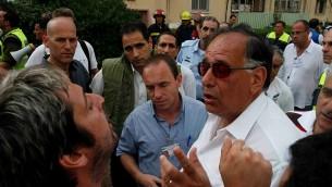 Le maire de Haïfa, Yona Yahav (en chemise blanche), dans le quartier Kiryat Eliezer de la ville, en juillet 2006. (Crédit : Phil Sussman/Flash90)