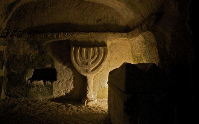 Une menorah gravée dans la pierre, au parc national de Beit Shearim, en Basse Galilée, photographiée en mai 2010. (Crédit : Doron Horowitz/Flash90)