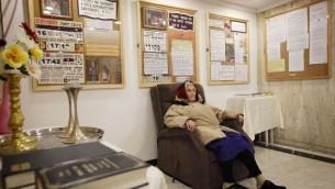 Une femme âgée russe dans la réception de l'Hôtel Diplomate de Jérusalem, possible emplacement de l'ambassade américaine à Jérusalem, en mars 2012. (Crédit : Miriam Alster/Flash90)