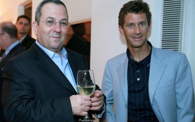 L'homme d'affaires israélien Beny Steinmetz, à droite, avec Ehud Barak, alors ministre de la Défense, le 17 mai 2007. (Crédit : Moshe Shai/Flash90)