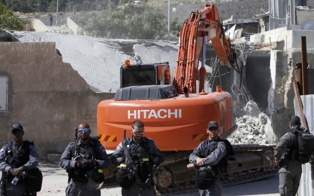 Les forces de sécurité israélienne déployées pendant la démolition d'une maison construite sans permis dans le quartier Al-Tur de Jérusalem Est, le 24 avril 2013. Illustration. (Crédit : Sliman Khader/Flash90)