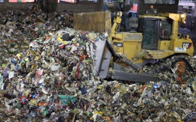 Illustration : Le projet de restauration de la décharge de Hiriya, située au sud-est de Tel-Aviv, en Israël. Les déchets alimentaires jetés dans les décharges sont doublement négatifs pour l'environnement, en raison des coûts environnementaux liés à la production d'aliments (Crédit : Yaakov Naumi / Flash90)