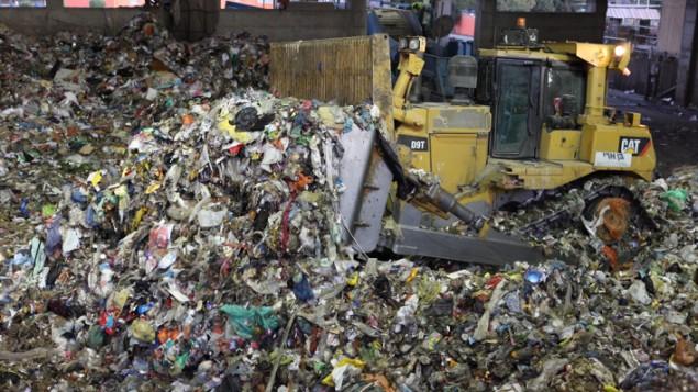 Le projet de restauration de la décharge de Hiriya, située au sud-est de Tel-Aviv, en Israël. Les déchets alimentaires jetés dans les décharges sont doublement négatifs pour l'environnement, en raison des coûts environnementaux liés à la production d'aliments (Crédit : Yaakov Naumi / Flash90)