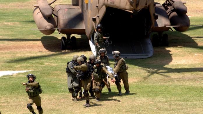 Les soldats blessés au combat à Gaza sont conduits aux urgences de l'hôpital Soroka à Beer Sheva, après avoir été évacués du champ de bataille par hélicoptère, le 25 juillet 2014 (Crédit : Dudu Greenspan / Flash90)