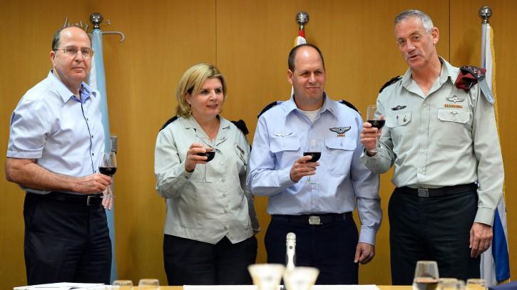 De gauche à droite : Moshe Yaalon, alors ministre de la Défense, la major-général (de réserve) Orna Barbivai, le major-général Hagai Topolanski et l'ancien chef d'Etat-major Benny Gantz pendant la cérémonie de prise de fonction de Topolanski à la tête de la Branche des ressources humaines, au QG de l'armée à Tel Aviv, le 8 septembre 2014. (Crédit : unité des porte-paroles de l'armée israélienne/Flash90)